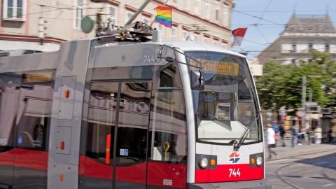 Straßenbahn mit Regenbogen-Fahne
